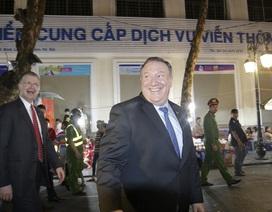 Ngoại trưởng Mỹ thoải mái dạo phố cổ Hà Nội về đêm