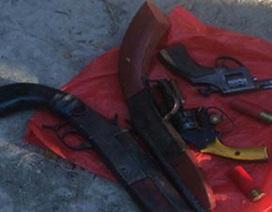 Hai nhóm côn đồ bỏ lại 4 khẩu súng khi chạy trốn công an