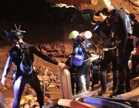 Thợ lặn thay thế bình oxy mới chuẩn bị đưa người vượt hang Tham Luang