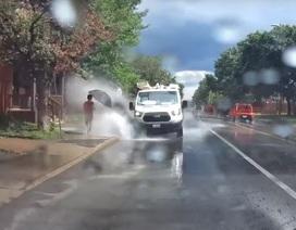 Bị sa thải chỉ vì lái xe tạt nước người đi bộ