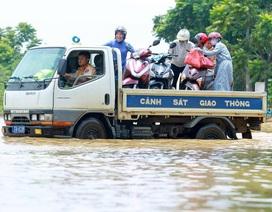 CSGT Hà Nội dùng xe tải chở người dân qua điểm ngập