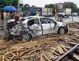 Tàu hỏa tông nát ô tô, 1 người chết, 3 người bị thương