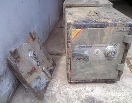 Trộm mang két sắt chứa vàng và hơn 100 triệu đồng ném xuống kênh