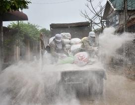 Bột vôi diệt khuẩn phủ trắng vùng ngập Hà Nội