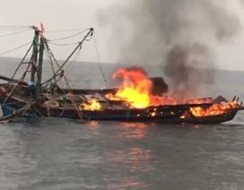 Tàu cá cháy ngùn ngụt, chìm trên biển, 7 ngư dân may mắn thoát chết