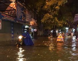 """Nhiều tuyến đường Hà Nội """"tê liệt"""" sau trận mưa lớn cuối ngày"""