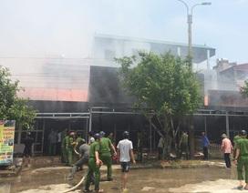 Hàng loạt gian hàng ngoài chợ Nga Sơn bốc cháy