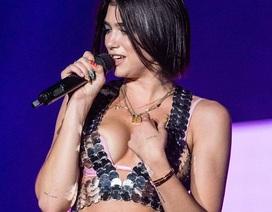 Dua Lipa khoe ngực đầy đặn trên sân khấu