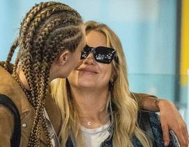 """Cara Delevingne """"khoá môi"""" bạn gái đồng giới tại sân bay"""