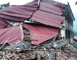 Trường học đang tu sửa bị sập, nhiều người may mắn thoát ra ngoài