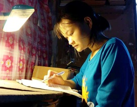 Đỗ đại học y, nữ sinh mồ côi cha chỉ biết nhìn giấy báo nhập học rồi gấp cất lại