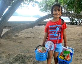 Bé gái 5 tuổi nói 4 thứ tiếng bán đồ ăn cho khách nước ngoài trên bãi biển