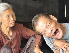 Chan bát cơm đầy nước mắt, mẹ già 85 tuổi nghẹn ngào chăm con trai bị chất độc da cam