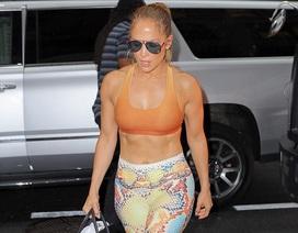 Jennifer Lopez khoe cơ bụng săn chắc
