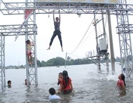 Dân vùng lụt Hà Nội bơi giữa sân, tắm dọc đường làng
