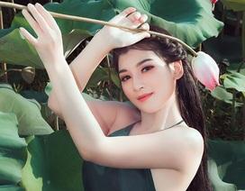 Nữ sinh trường Điện ảnh mặc áo yếm khoe sắc bên hoa sen cuối mùa