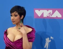 Ca sỹ Mỹ khoe ngực khủng tại lễ trao giải VMA