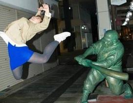 """""""Chết cười"""" chùm ảnh khi những bức tượng trở nên sống động cùng con người"""