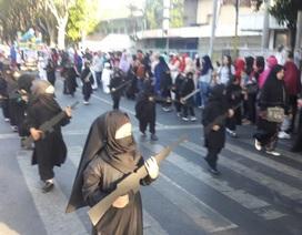 Trường Indonesia để trẻ em mặc đồ IS mang súng diễu hành mừng quốc khánh