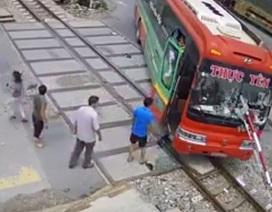 Vụ xe khách tông rào chắn đường sắt: Tài xế cúi xuống với điện thoại