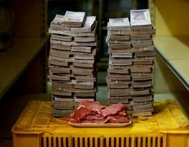 Chở cả xe tiền đi siêu thị mới mua được những đồ gì ở Venezuela?
