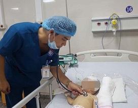Bé trai 10 tháng tuổi sốt, liệt nhẹ tay phải do bị áp-xe não