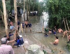 Vỡ cống kiểm soát lũ, người dân căng mình bịt dòng chảy