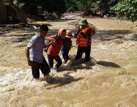Rơi nước mắt cảnh giáo viên vùng cao lội bộ hàng chục cây số đến trường sau lũ