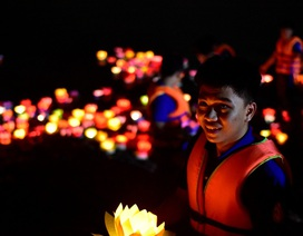 Người trẻ chen chân dưới sông Sài Gòn hàng giờ thả hoa đăng lễ Vu lan