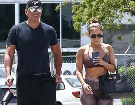 Jennifer Lopez khoe dáng săn chắc