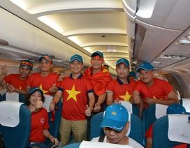 Cờ đỏ sao vàng tràn ngập chuyến bay rời Hà Nội đi Indonesia cổ vũ bóng đá