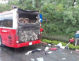 Xe khách bốc cháy dữ dội, hàng chục người tháo chạy