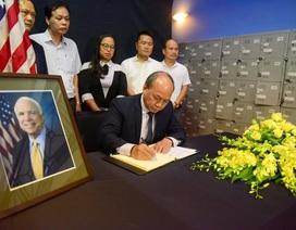 Người Việt ghi sổ tang chia buồn Thượng nghị sĩ McCain qua đời