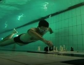 Kỳ lạ cuộc thi vừa lặn vừa đánh cờ vua