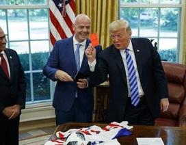 Ông Trump giơ thẻ đỏ với các phóng viên