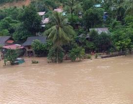 Quốc lộ chia cắt, nước ngập nhà, người dân nháo nhác chạy lũ