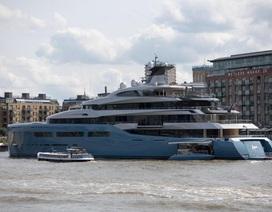 Tỷ phú 80 tuổi lái du thuyền 3,4 nghìn tỷ đồng lênh đênh trên sông