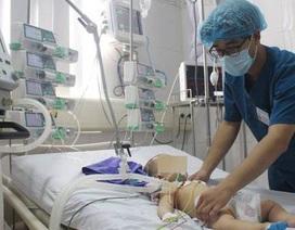 """Bé trai 6 tháng tuổi nguy kịch sau khi được chữa """"mở khoá đầu"""""""