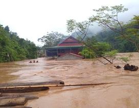 Nước ngập ngang nóc nhà, dân nháo nhác di tản