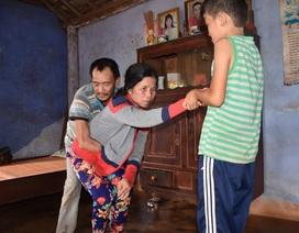 """Xót thương người chồng cụt 2 tay và 1 chân vẫn """"gồng mình"""" nuôi vợ bị bại liệt"""
