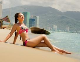 Nóng rực với loạt ảnh Bikini khoe body đẹp của Trần Huyền Nhung trên biển Mỹ Khê