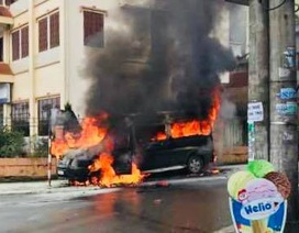 Xe Limousine bốc cháy dữ dội trước cửa khách sạn