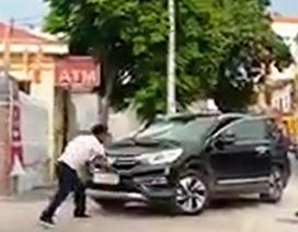 Bị đánh, người đàn ông dùng hung khí đập vào đầu xe CRV