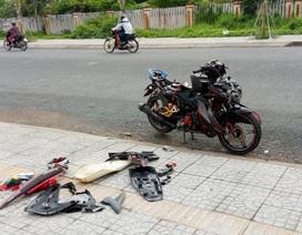 """Giận vợ, chồng tháo tung xe gắn máy """"xịn"""" vứt bên đường"""