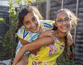 Cặp chị em sinh đôi 11 tuổi gốc Ấn thông minh hơn cả Einstein