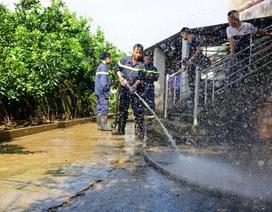 Hàng trăm cảnh sát cứu hỏa, cơ động giúp dân vùng ngập lụt dọn vệ sinh