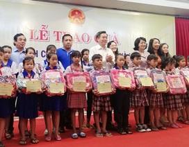 Phó Chủ tịch nước tặng quà đến học sinh nghèo Bạc Liêu