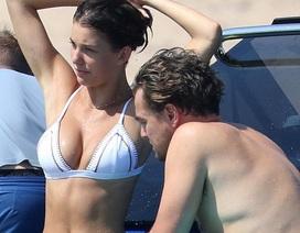 Bạn gái Leonardo DiCaprio khoe ngực căng tròn