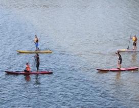 """Giới trẻ Huế hào hứng với trò chơi """"lướt ván đứng"""" trên sông Hương"""