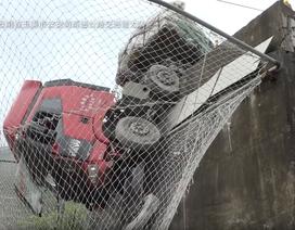Lưới an toàn cứu mạng tài xế xe tải mất phanh